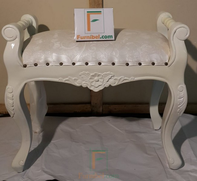 Kursi Rias Ukir Warna Duco Putih Dengan Motif Bunga